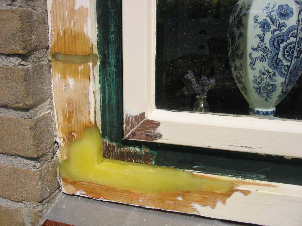 Aufgefüllte Stellen am Fensterstoß durch Holzfenster Reparatur mit REPAIR CARE
