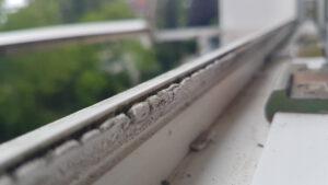 alte Fensterdichtung – hart spröde brüchig – defekt