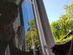 Anbringen einer neuen Silikon Dichtung in altes Holzfenster – weiß